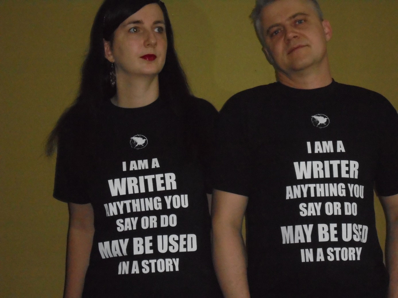 Foto: Jennifer Sonntag mitt Buchpartner, beide mit Shirtspruch: I am a writer anythink you say or do may be used in a Story